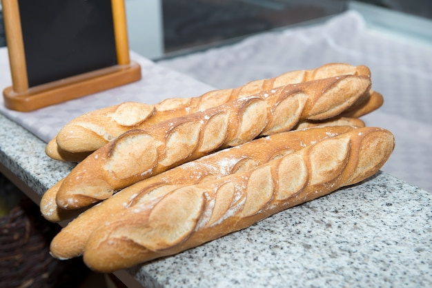 Pão no balcão da padaria