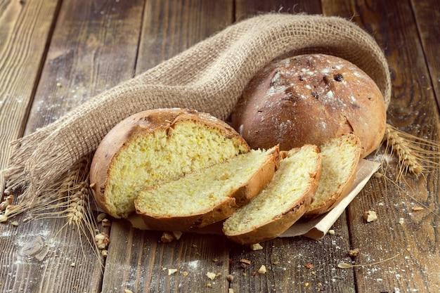 Pão no fundo da mesa de madeira