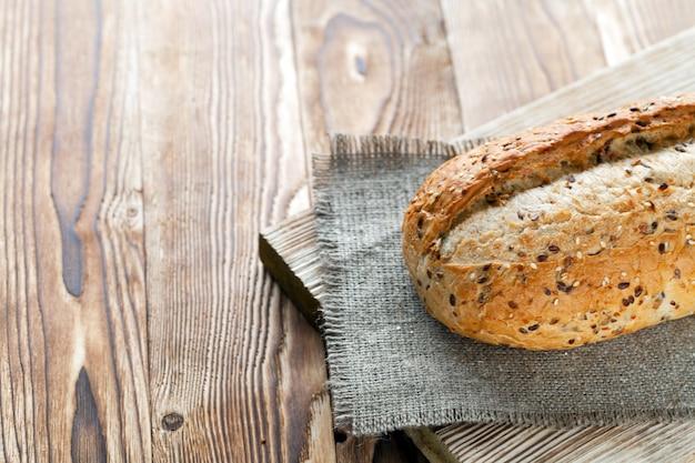 Pão no fundo madeira