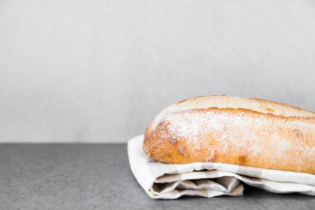 Pão nutritivo em um pano