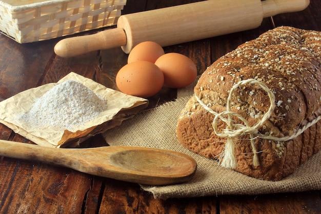 Pão orgânico artesanal feito de aveia, ovos e sementes de linho