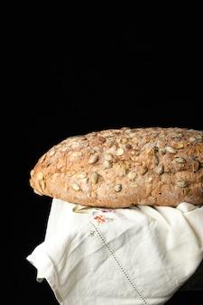 Pão oval cozido feito de farinha de centeio com sementes de abóbora