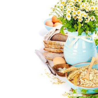 Pão, ovos, aveia e flores