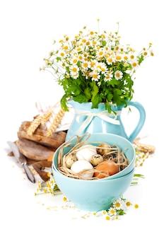 Pão, ovos, aveia e vaso com flores