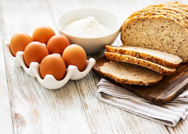 Pão, ovos e farinha