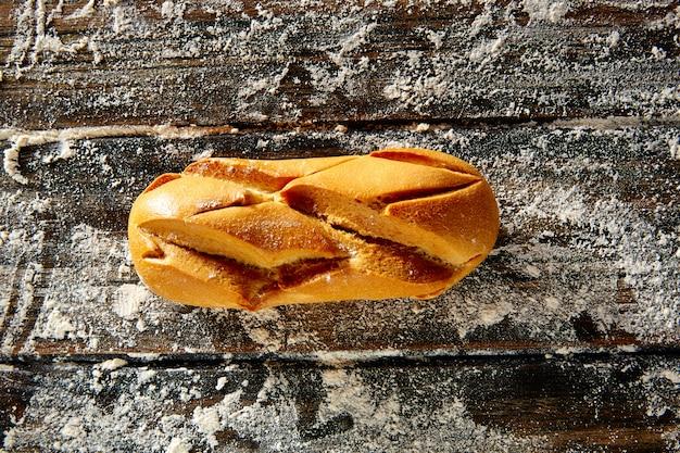 Pão pão em madeira rústica e farinha de trigo