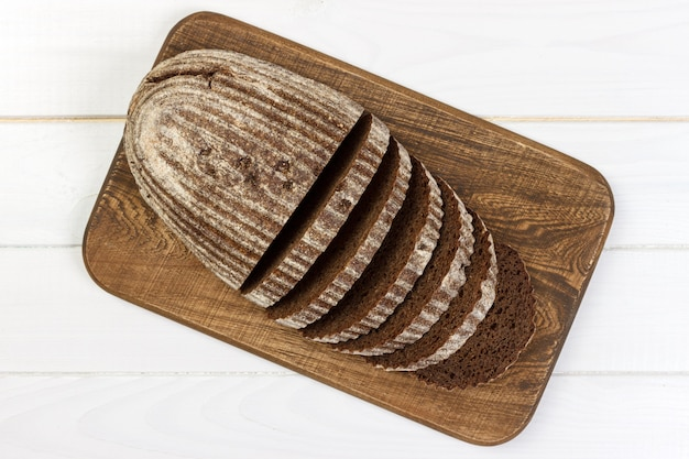 Pão. pão fresco pão tradicional caseiro. faca de migalhas de pão fatiado
