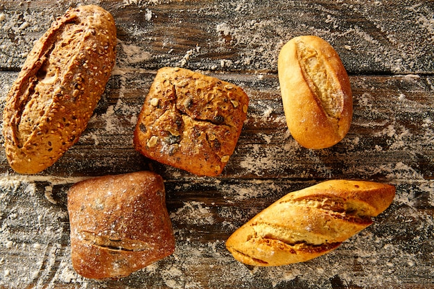 Pão pão misturado em uma madeira rústica e farinha de trigo