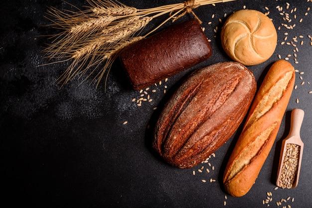 Pão perfumado fresco com grãos e cones