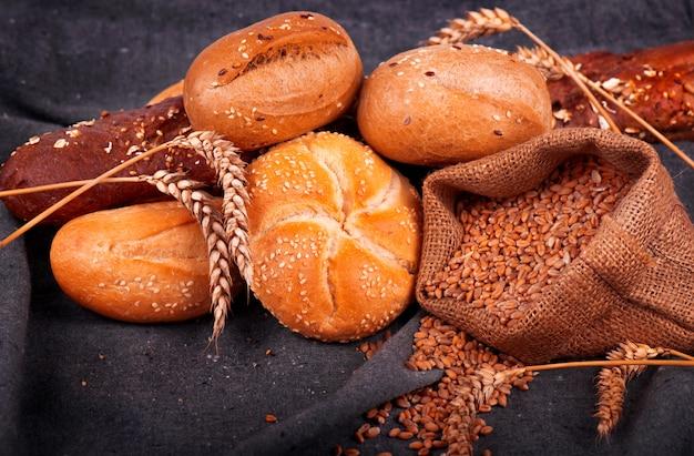 Pão perfumado fresco em cima da mesa. conceito de comida. padaria, pães crocantes e pães. variedade de pão assado