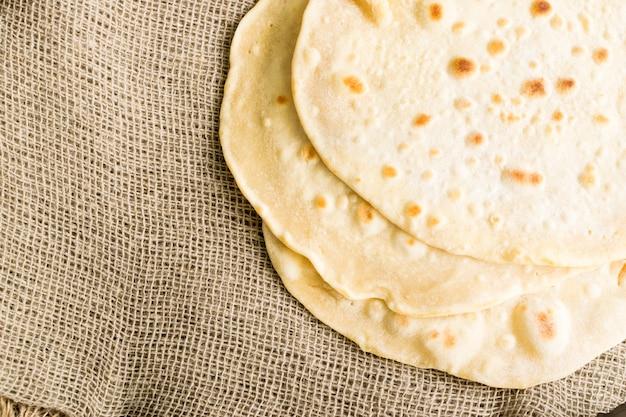Pão pita, chapati, naan ou tortilla