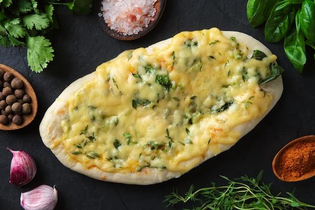 Pão pita saboroso cozido com ervas e especiarias rodeado com ingredientes