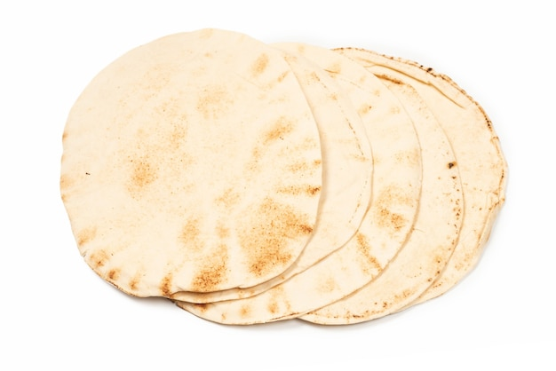 Pão pitta grelhado isolado na superfície branca
