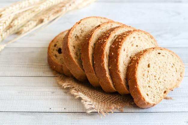Pão preto fatiado com gergelim na mesa
