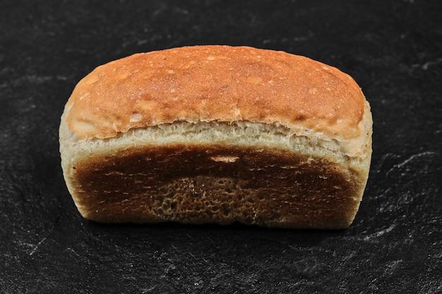 Pão quadrado isolado.