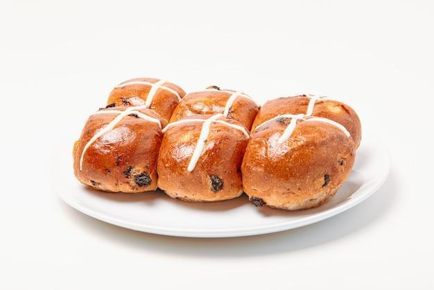 Pão quente cruz sobre fundo branco