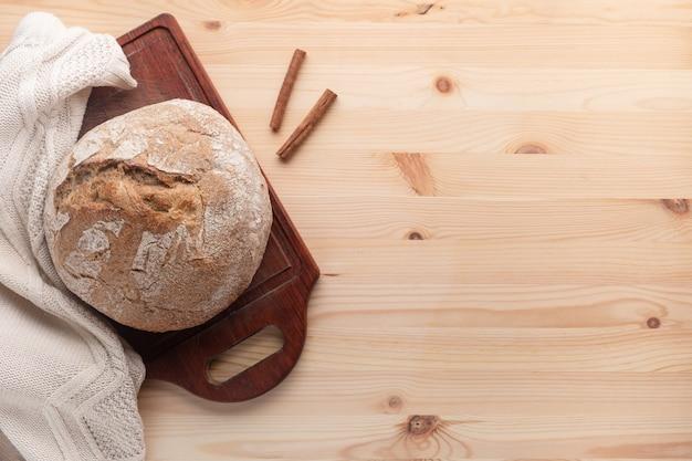 Pão quente sobre uma mesa de madeira.