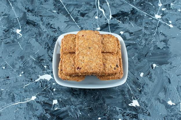 Pão ralado crocante em uma tigela sobre mármore.
