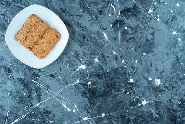 Pão ralado no prato em mármore.