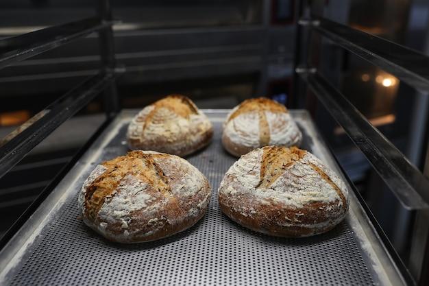 Pão recém-assado em uma assadeira foi retirado do forno