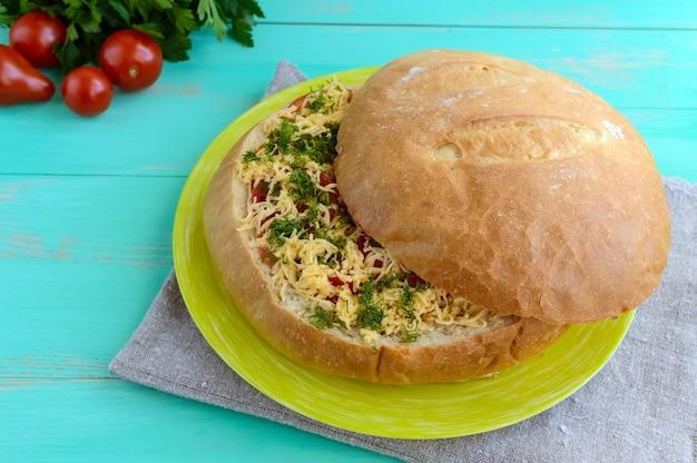 Pão recheado com tomate e queijo