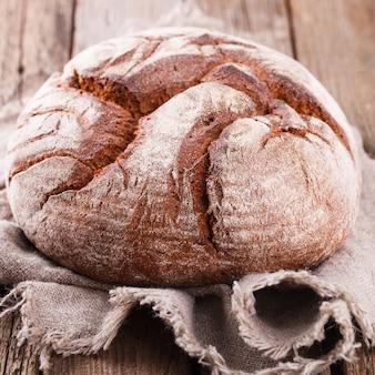 Pão redondo de pão caseiro de centeio