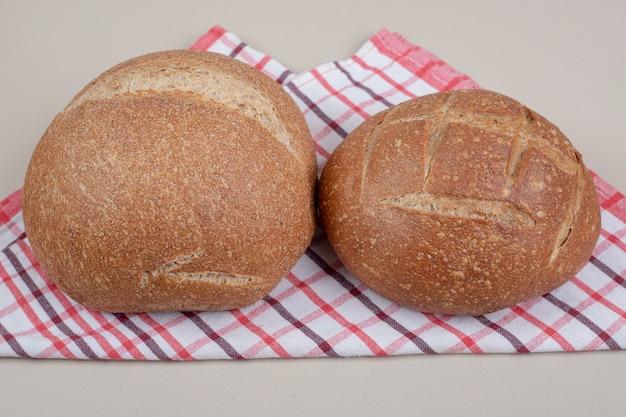 Pão redondo na toalha de mesa