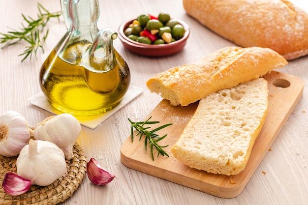 Pão rústico e azeite pronto para fazer torradas