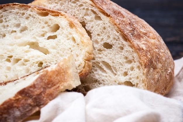 Pão rústico na mesa de madeira. espaço de madeira escura