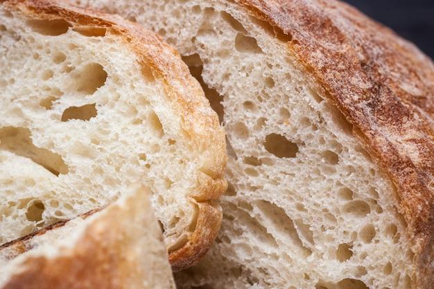 Pão rústico na mesa de madeira. madeira escura