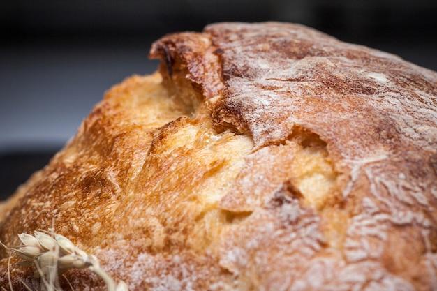 Pão rústico na mesa de madeira
