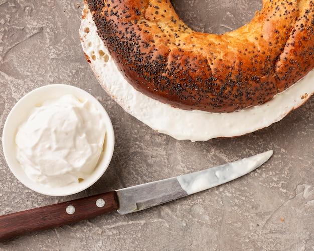 Pão saboroso com creme de queijo