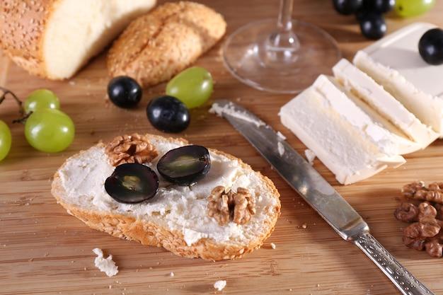 Pão saboroso com uva e queijo, close-up