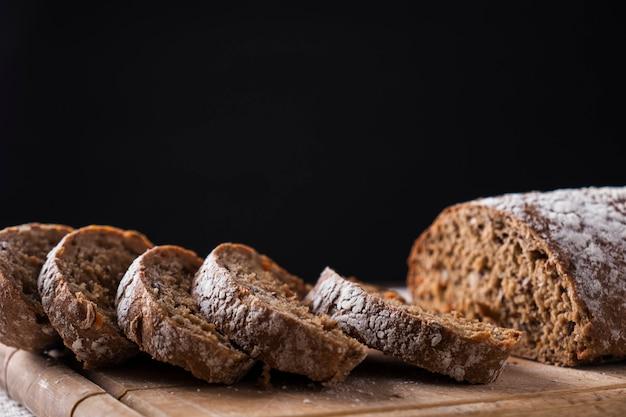 Pão saboroso na superfície escura