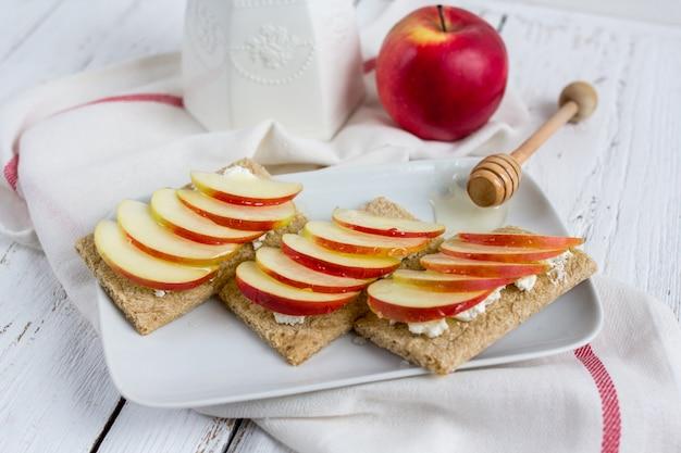 Pão seco dietético, maçã e mel