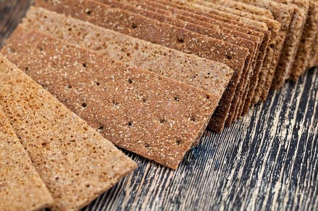 Pão seco e crocante feito de farinha de centeio com coentro, pão fino como alimento dietético