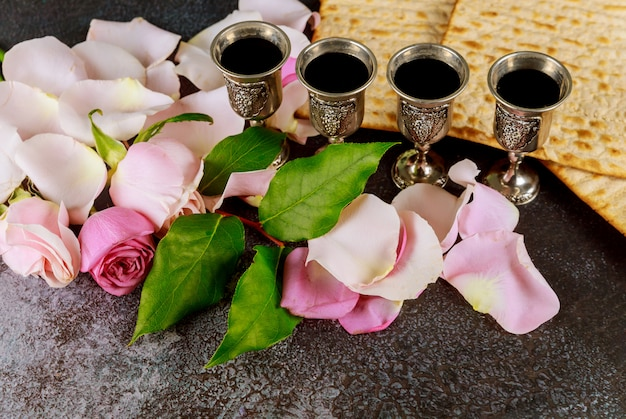 Pão sem fermento de matzo com copo de kiddush de vinho celebração da páscoa com pão sem fermento de matzo