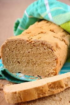 Pão sem glúten caseiro em uma mesa de madeira