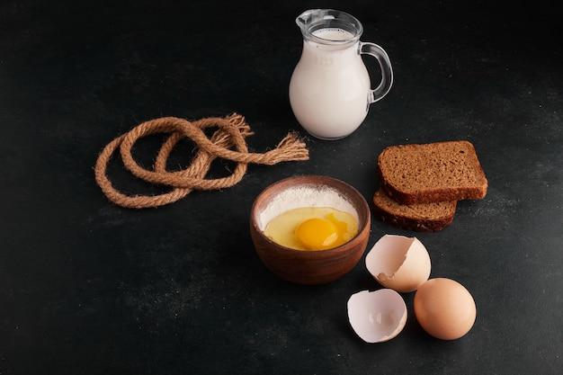 Pão silces com ingredientes ao redor