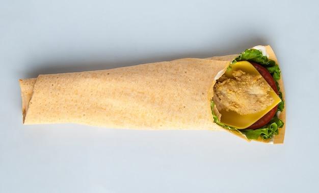 Pão sírio com frango em fundo claro isolado