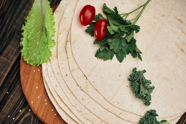 Pão sírio fino armênio em uma placa de madeira
