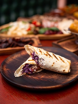 Pão sírio grelhado com tenro queijo suluguni, rolinhos tradicionais georgianos de lanche para piquenique ...