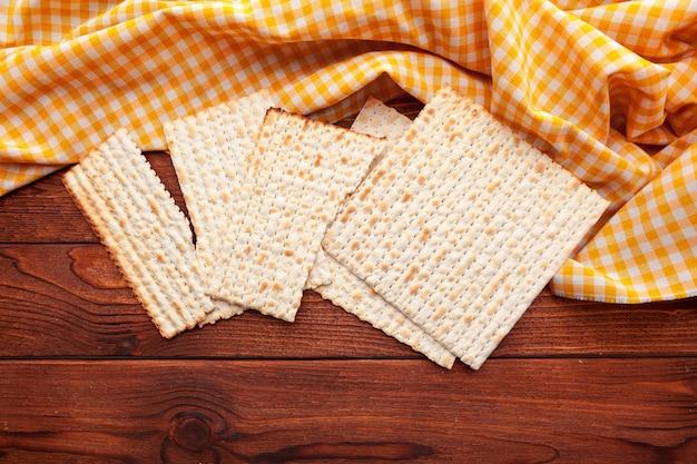 Pão sírio matzo para celebrações de feriado judaico em cima da mesa