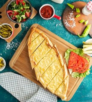 Pão sírio turco pide com queijo