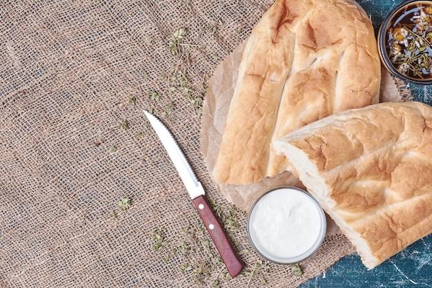 Pão tandir com creme de leite.