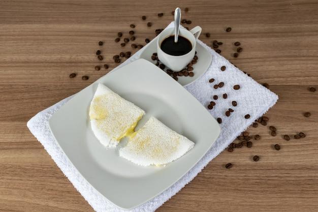 Pão típico brasileiro (tapioca) com queijo mozzarella derretido e café
