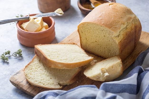 Pão torrado caseiro fresco e fatias com azeite, manteiga e azeitonas verdes, vista superior. cozimento
