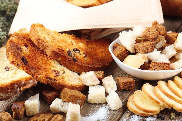 Pão torrado caseiro na mesa da cozinha, close-up