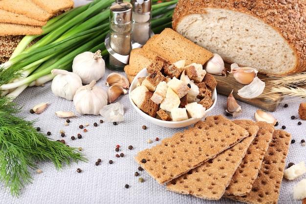 Pão torrado caseiro na mesa da cozinha