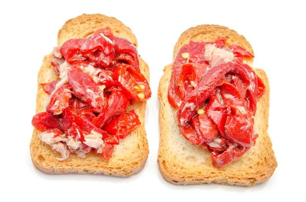 Pão torrado com legumes